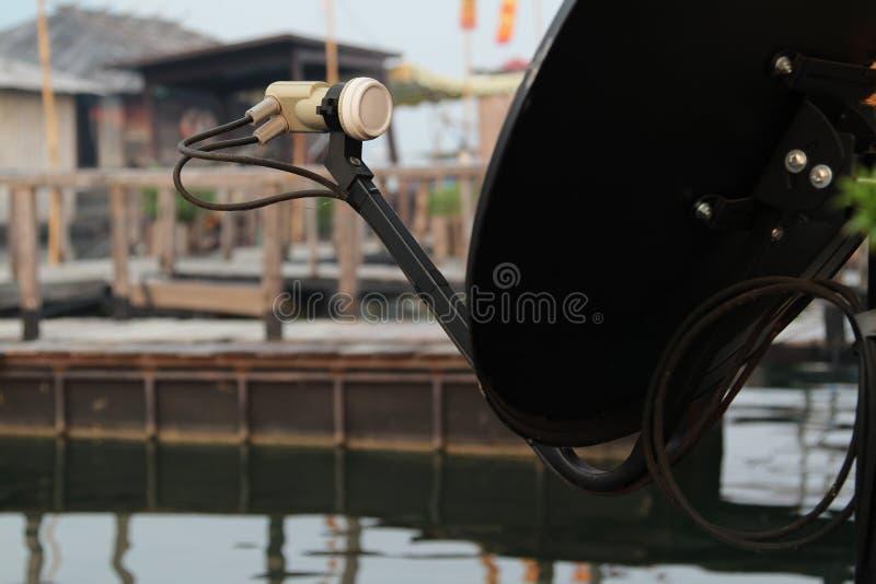 bilden för datoren för antennen 3d frambragda framför maträtten satelliten royaltyfria foton