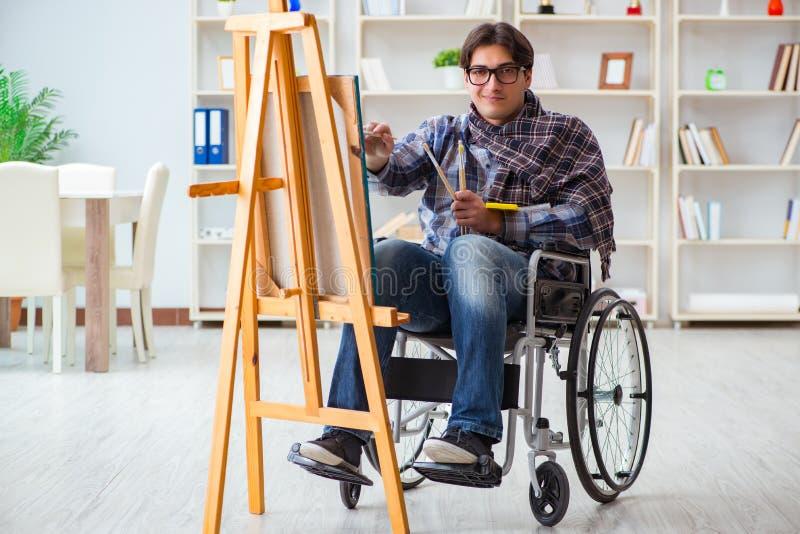 Bilden för handikappade personerkonstnärmålning i studio royaltyfria bilder