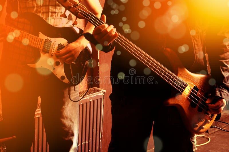 Bilden för livstil av slutet upp två unga manliga gitarrister räcker, plommoner arkivfoton