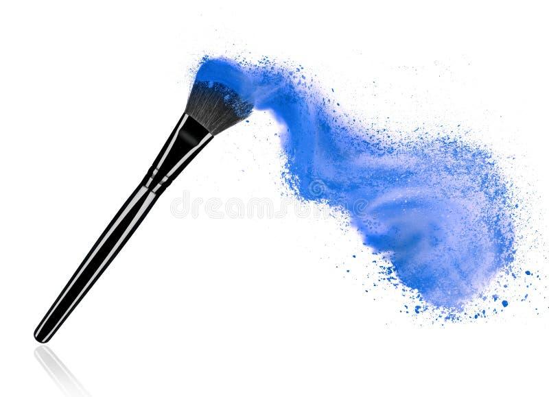 Bilden Sie Bürste mit dem kosmetischen Pulverspritzen, lokalisiert auf Weiß lizenzfreie stockfotos