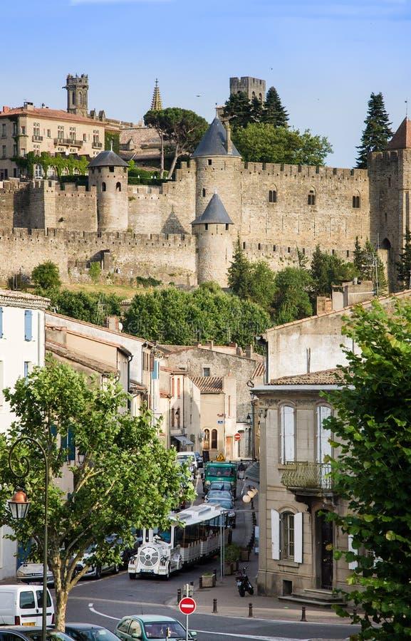 Bilden Sie an der Straße in Carcassone gegen mittelalterliche Festung, es wurde hinzugefügt der UNESCO-Liste von Worl aus stockbilder