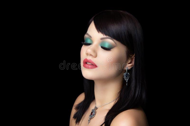 Bilden Sie grüne Lidschatten und roten Lippenstift stockfoto