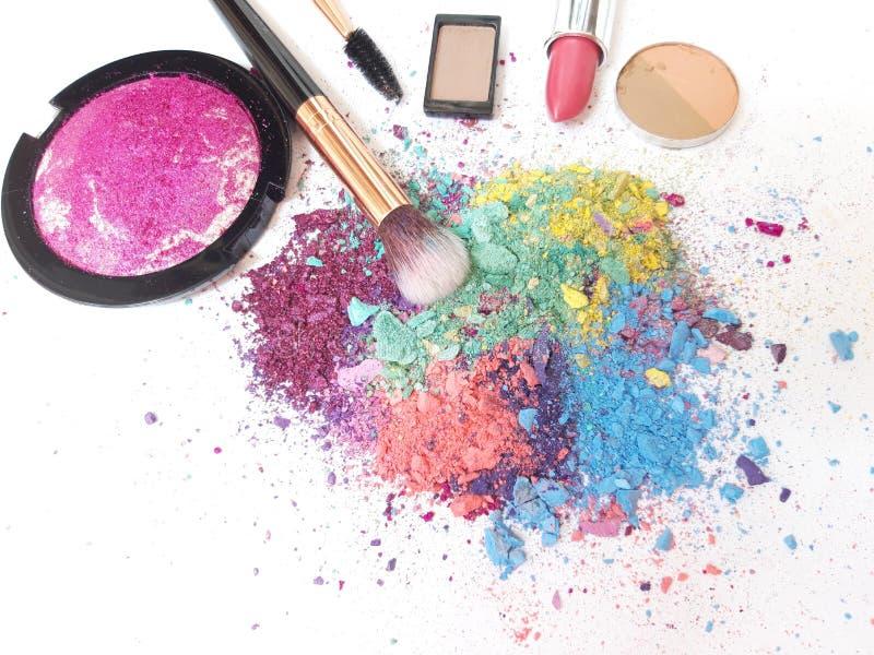Bilden Sie Produkte und Lidschatten-kosmetisches Pulver stockfoto