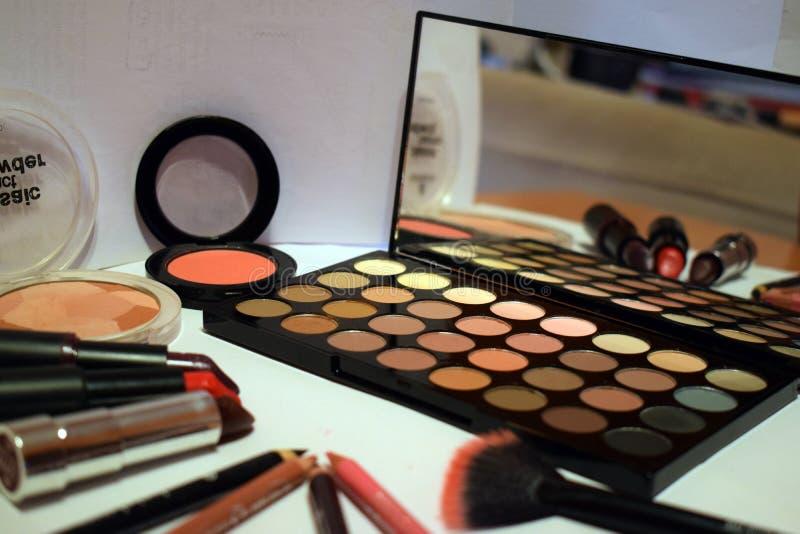 Bilden Sie Satz - Lidschatten, Pulver, Lippenstifte lizenzfreie stockfotografie
