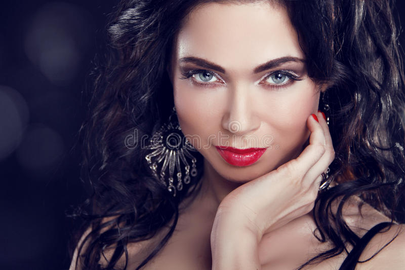 Bilden Sie. Schönes Brunette-Mädchen mit blauen Augen.   stockbild