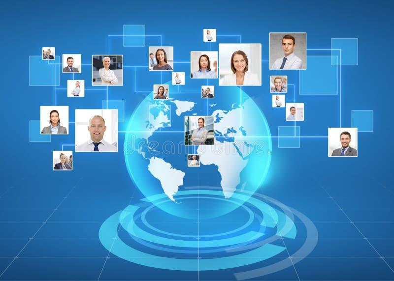 Bilder av businesspeople över världskarta stock illustrationer