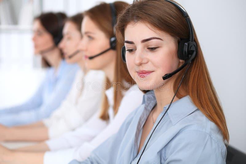 Bilder 3d getrennt auf weißem Hintergrund Schöne nette lächelnde Beratungskunden des Betreibers mit Kopfhörer Geschäftskonzept de stockbild