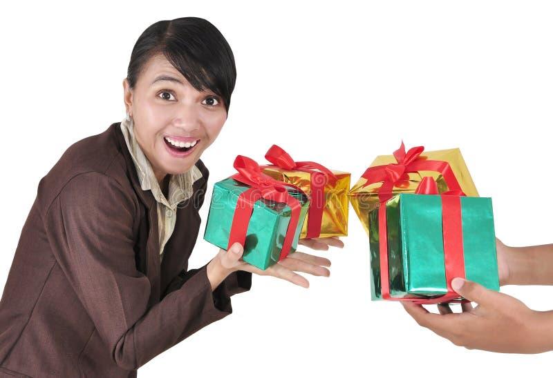 Bilder der Frauen, zum des Inhalts eines Geschenks zu schätzen lizenzfreie stockbilder