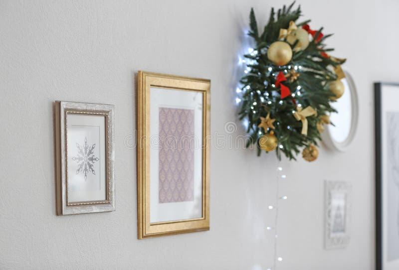 Bilder och härligt hänga för julkrans arkivbilder