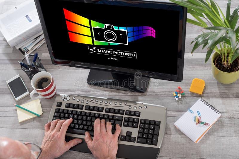 Bilder som delar begrepp på en dator arkivfoton