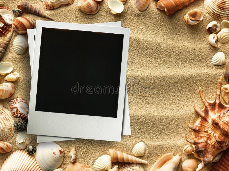 Bilderrahmen auf Oberteilen und Sandhintergrund lizenzfreie abbildung