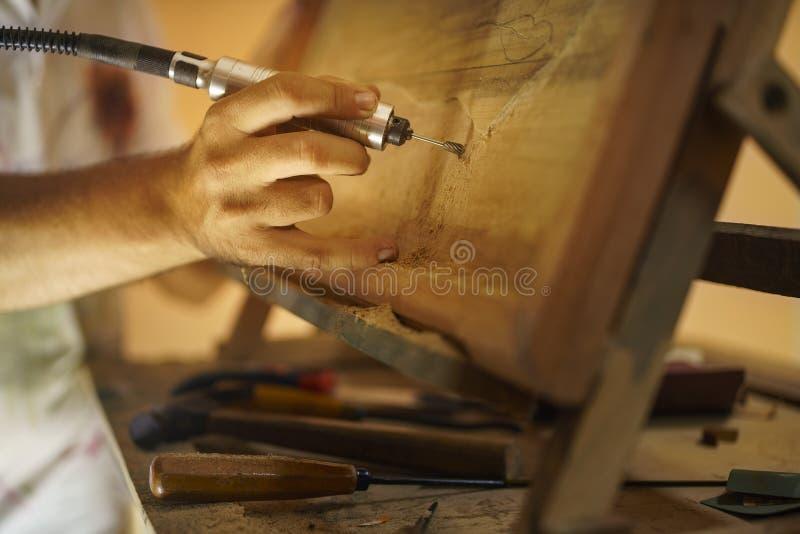 Bildhauer-Maler Artist Chiseling ein hölzernes Bas Relief-2 lizenzfreie stockfotos