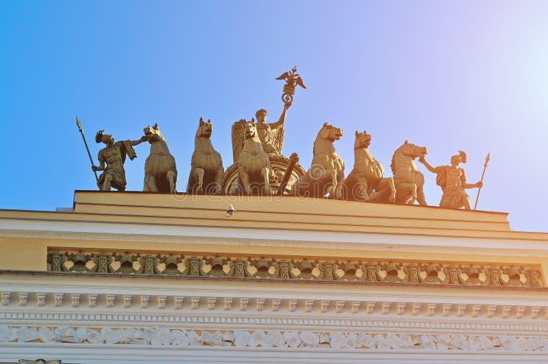 Bildhauerische Gruppe nannte Chariot des Ruhmes auf dem Dach der Hauptsitze in St Petersburg, Russland stockfotografie