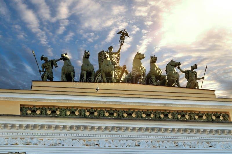Bildhauerische Gruppe nannte Chariot des Ruhmes beleuchtet durch Sonnenlicht auf dem Dach der Hauptsitze in St Petersburg, Russla lizenzfreie stockfotos