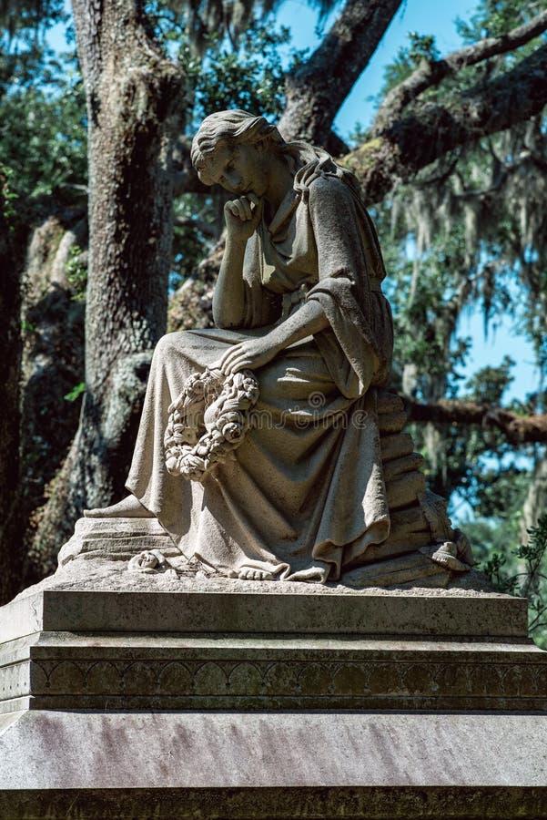 Bildhuggar- staty Bonaventure Cemetery Savannah Georgia för kyrkogård arkivbild