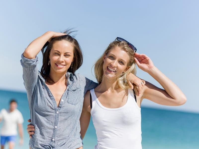 Bildkvinnor på stranden arkivbild