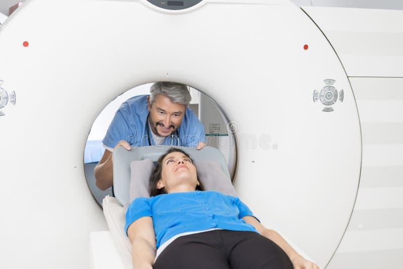 Bildläsning för doktor Preparing Patient For CT i sjukhus arkivbilder