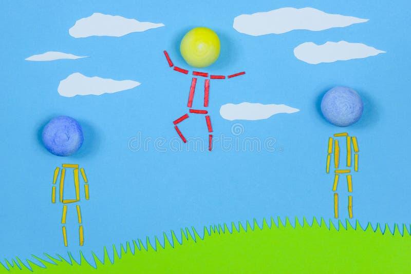 Bildliche Leute, die auf Gras gegen blauen Himmel stehen lizenzfreies stockfoto