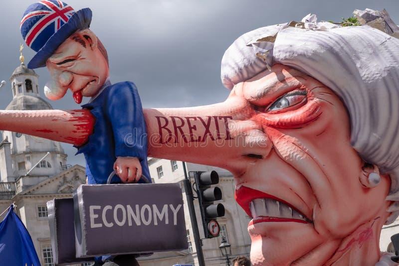 Bildnis von Theresa May kleidete als Pinocchio an, fotografiert während des 'März für Änderung 'anti--Brexit Protestes in London lizenzfreies stockfoto