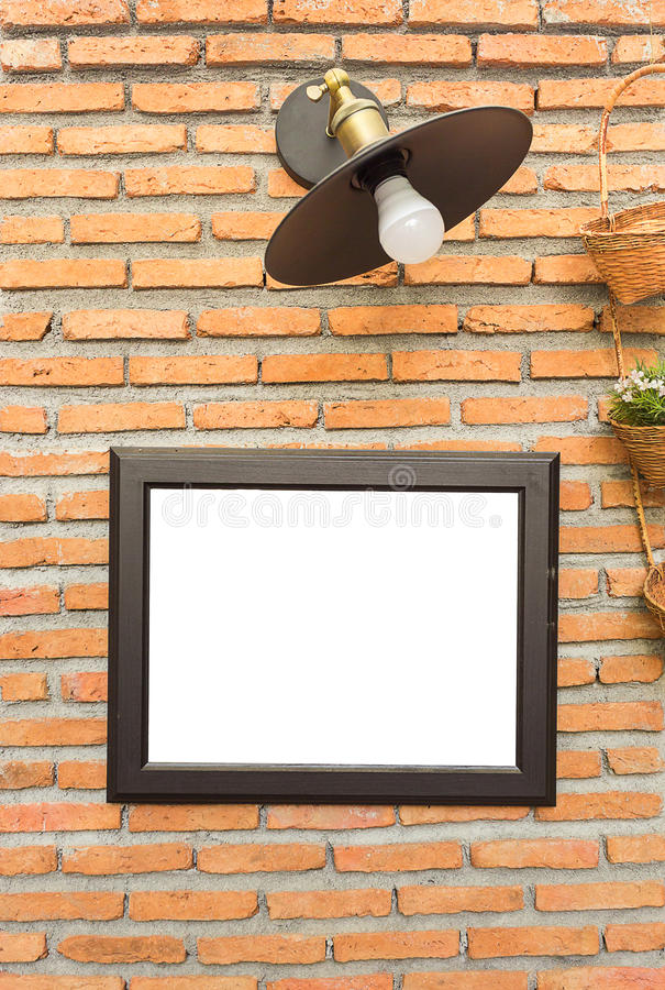Bildram och klassikerlampa på tegelstenväggen royaltyfria bilder