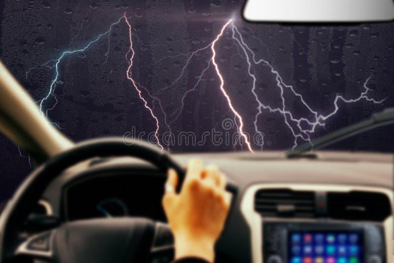 bildrev på berghuvudvägen i stormnatt med belysning royaltyfri foto