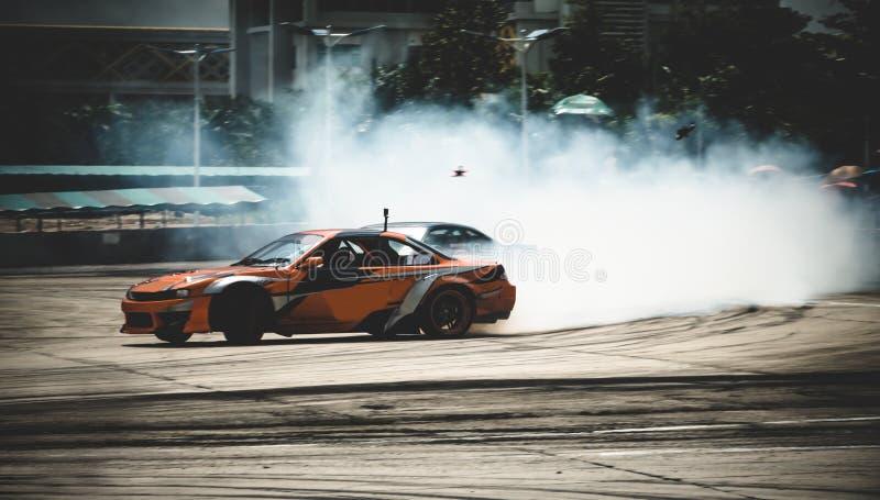 Bildrivning, drivande av sportbilar och rökning i dimmig bakgrund Motoridrottsbegreppet royaltyfri foto
