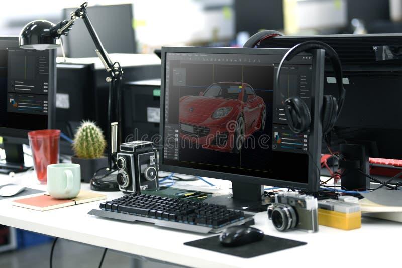 Bildschirm, der grafisches Auto-Design auf Bürotisch Worki zeigt stockfotos