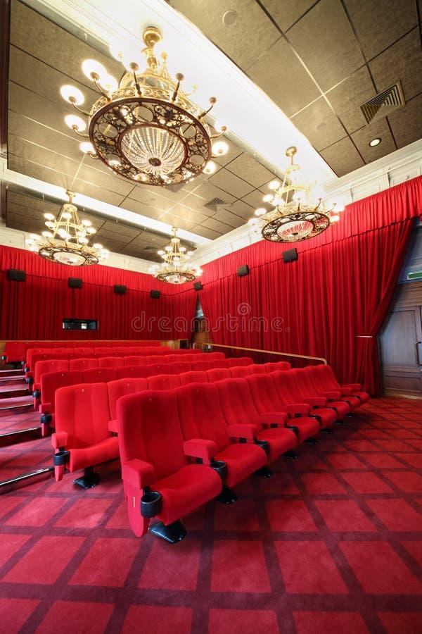 Bildshow mit Leuchtern und Sitzreihen stockbild