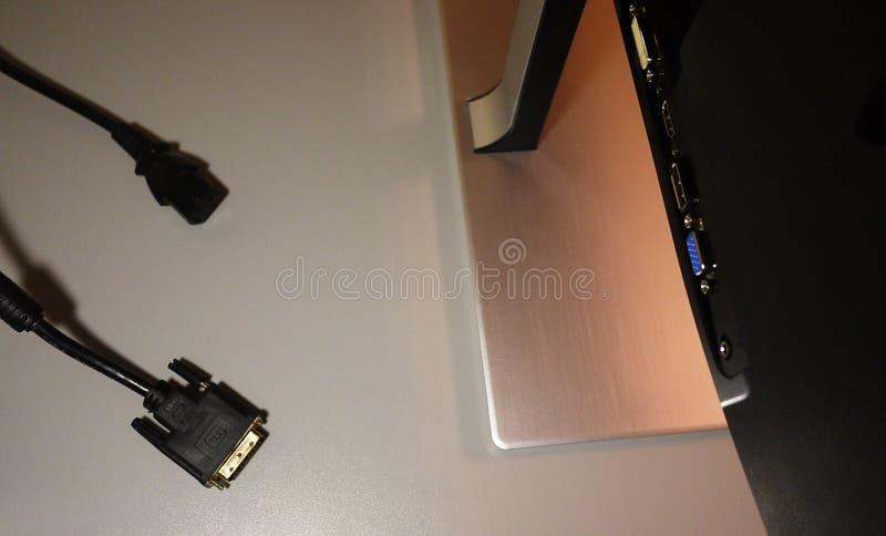 Bildskärm för LCD IPS för hemdator, skrivbord med en persondator och en bildskärm med ett stort diagonalt royaltyfri bild