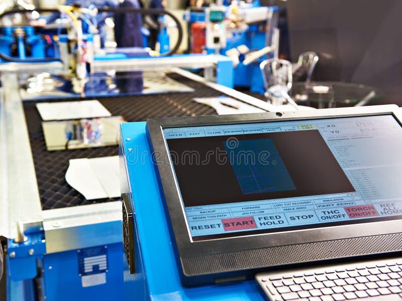 Bildskärm- och tangentbordkontroll av maskinen för laser-klippmetall arkivbild