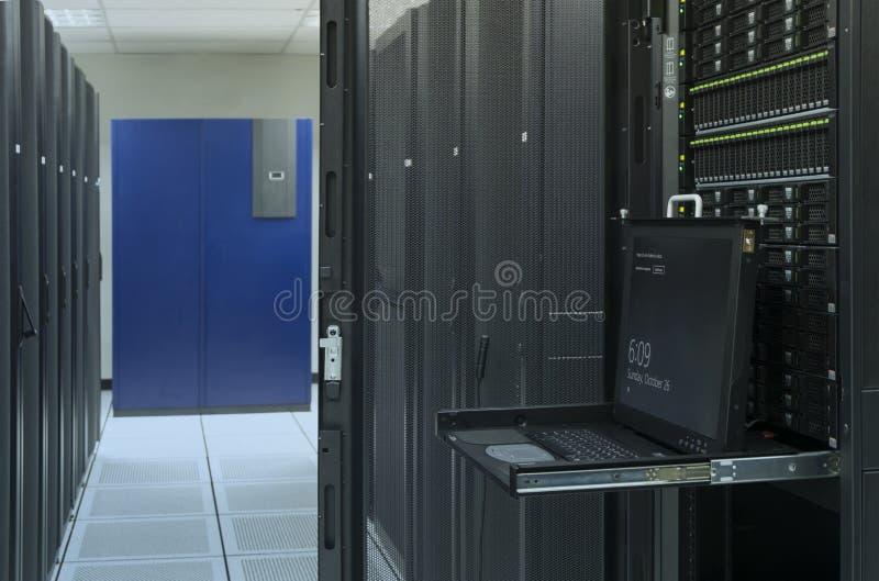 Bildskärmkonsol och server i datorhall arkivfoton
