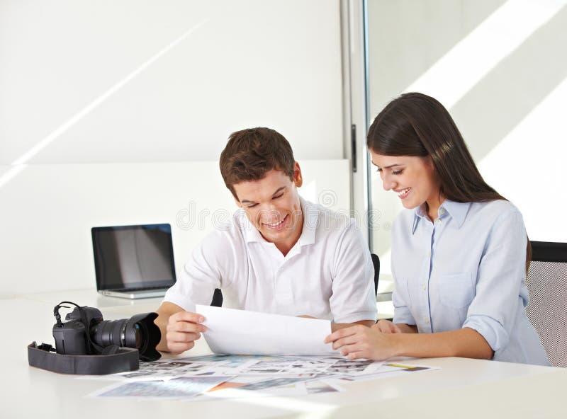 Bildskrivbord i materielfotobyrå royaltyfri bild