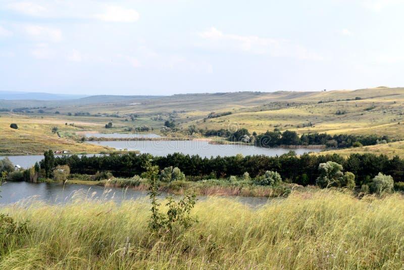 Bildsommarsjö bland bergen royaltyfri foto