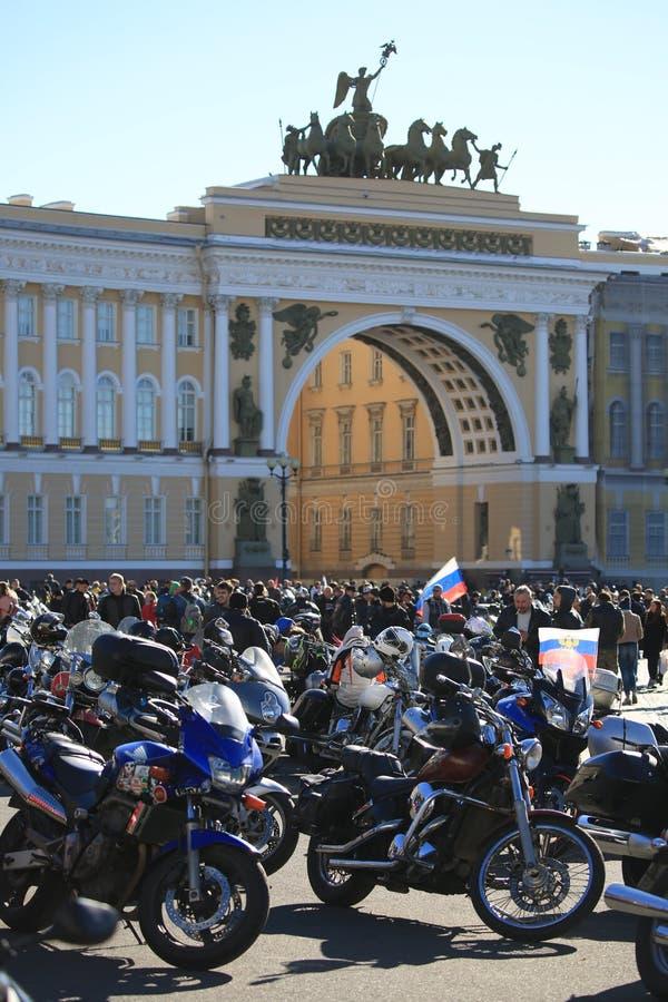 Bildung einer Spalte der Teilnehmer von der Radfahrerbewegung nahe dem Bogen des Generalstabgebäudes stockbilder