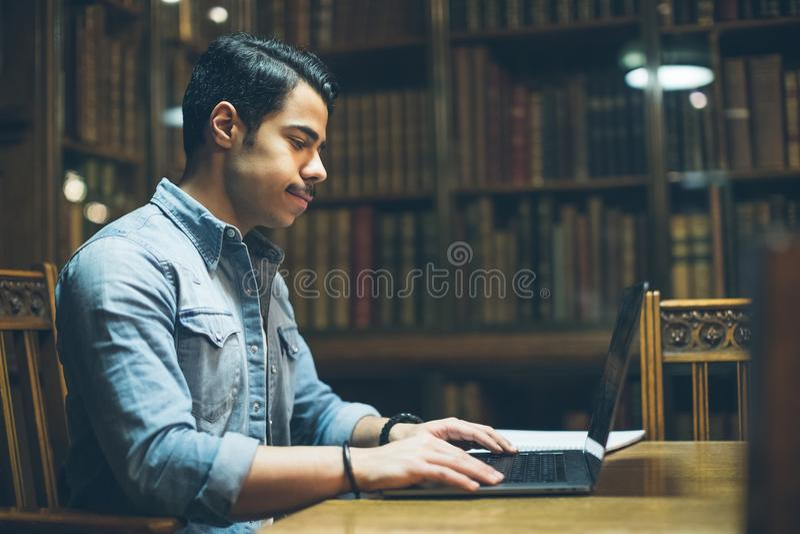 Bildung in Europa arabisches junges hübsches Arbeiten in der alten Bibliothek Geschossen auf Kennzeichen II Canons 5D mit Hauptl  lizenzfreies stockfoto