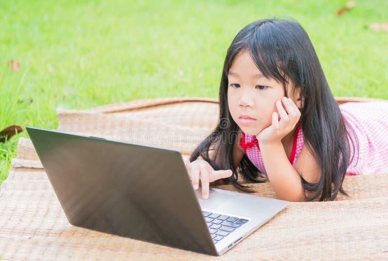Bildung, Schule, Technologie und Internet-Konzept - nettes Mädchen w lizenzfreie stockfotografie