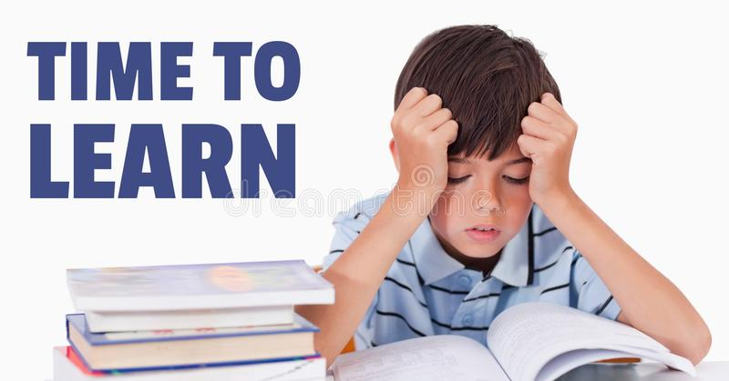 Bildung und Zeit, den Text und frustrierten Jungen zu lernen, die ein Buch lesen stockbild