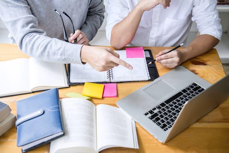 Bildung, Unterricht, Lernen, Technologie und Leutekonzept Zwei hohe Schüler oder Mitschüler mit Hilfsfreund tun lizenzfreies stockfoto