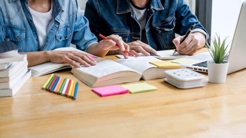 Bildung, Unterricht, Lernen, Technologie und Leutekonzept Zwei hohe Sch?ler oder Mitsch?ler mit Hilfsfreund tun stockfotos