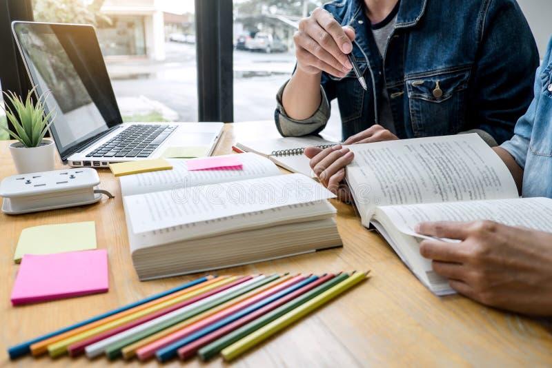 Bildung, Unterricht, Lernen, Technologie und Leutekonzept Zwei hohe Sch?ler oder Mitsch?ler mit Hilfsfreund tun lizenzfreies stockfoto