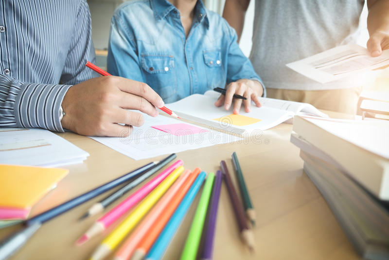 Bildung, Unterricht, Lernen und Leutekonzept Gruppe des Hochs stockfoto