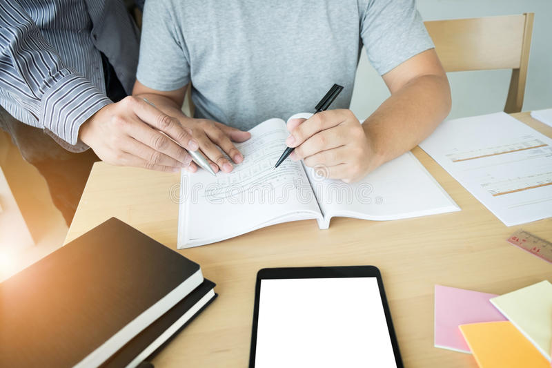 Bildung, Unterricht, Lernen und Leutekonzept Hohes schoo zwei lizenzfreie stockfotos