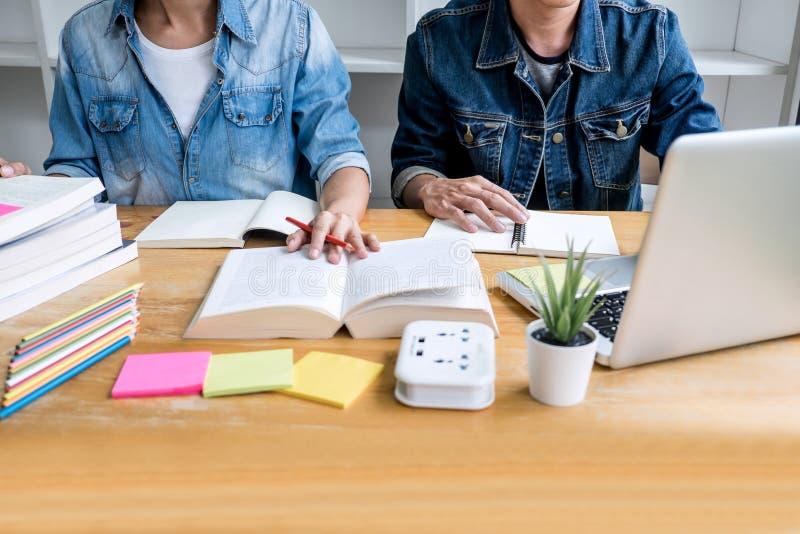 Bildung, Unterricht, Lernkonzept Hoher Schüler- oder Mitschülergruppentutor in der Bibliothek studierend und mit Hilfen lesend stockbild