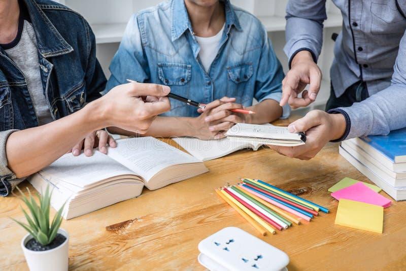 Bildung, Unterricht, Lernkonzept Hoher Schüler- oder Mitschülergruppentutor in der Bibliothek studierend und mit Hilfen lesend stockbilder
