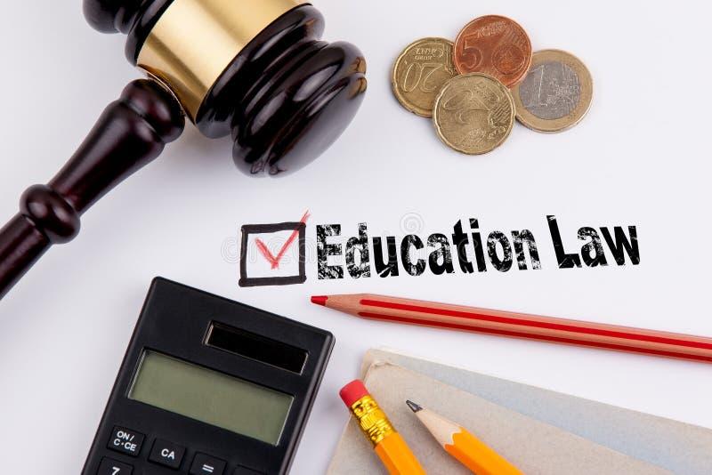 Bildungs-Gesetz Fragebogen mit rotem Kreuz auf dem Weißbuch lizenzfreie stockfotografie