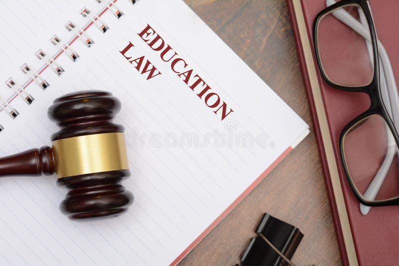 Bildungs-Gesetz mit Hammer und rotem Buch lizenzfreie stockbilder