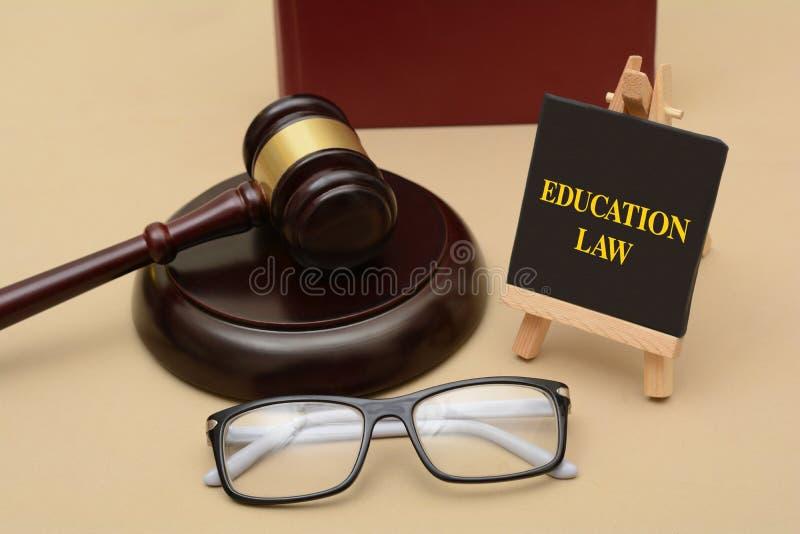 Bildungs-Gesetzeszeichen mit hölzernem Hammer und Gläsern stockfotografie