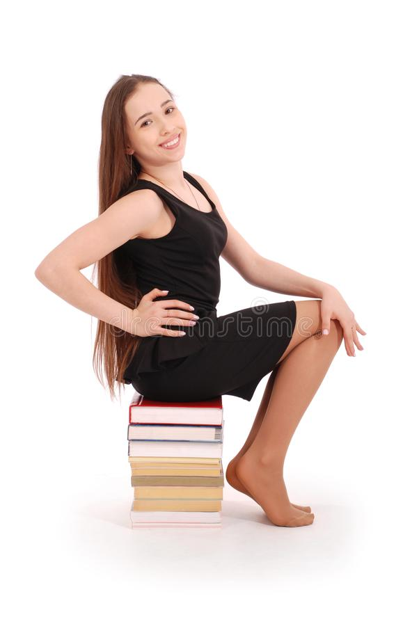 Bildungs-, Leute-, Jugendlich- und Schulkonzept - Jugendlichschulmädchen, das auf Stapel sitzt stockfotos