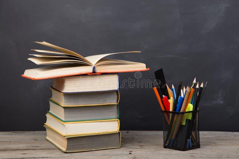 Bildungskonzept - B?cher auf dem Schreibtisch im Auditorium stockbild