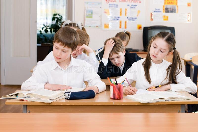 Bildungskonzept - Schüler an der Klasse lizenzfreie stockbilder